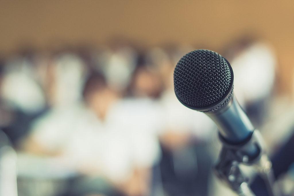 микрофон в лекционном зале